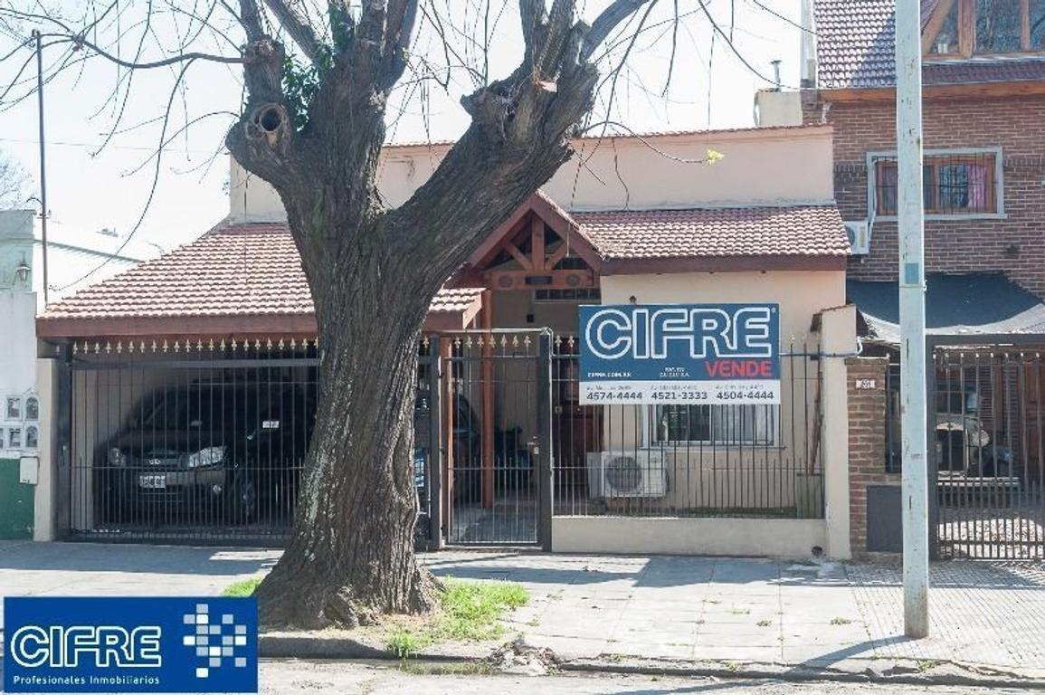 Casa de 6 ambientes con patio con pileta climatizada - Suc. Urquiza - Tel 4521-3333