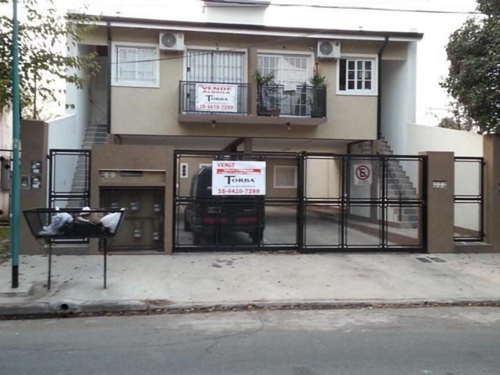 Casa en Venta duplex 2 dormitorios jardin, cochera baño y toillette 3 años antigüedad liquido hoy!!