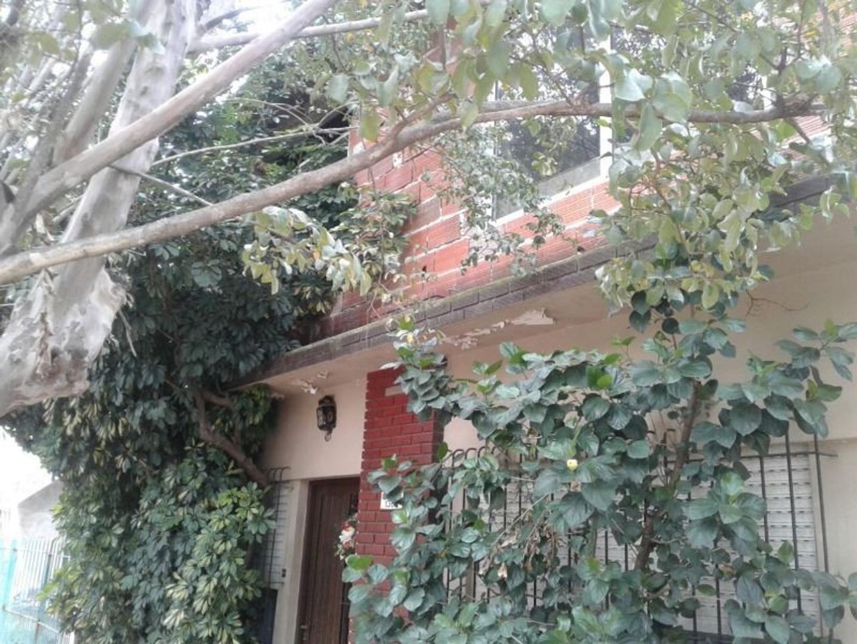 Casa de tres ambientes con depto de dos ambientes en Ituzaingo apto credito
