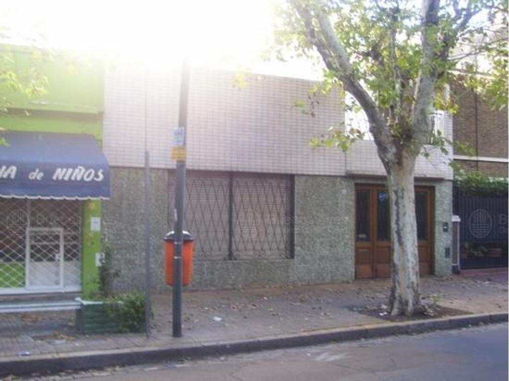 Mercedes y Gaona - Casa lote propio en alquiler
