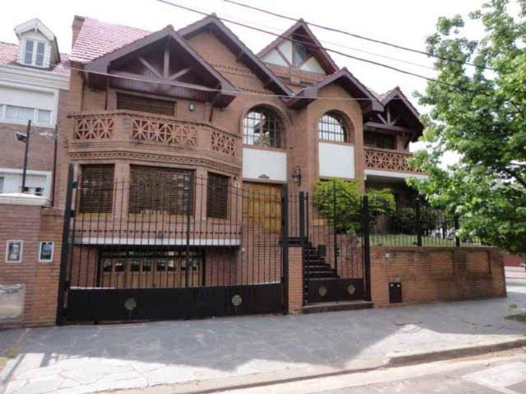 Casa de ambientes muy amplios y luminosos, próximo a estación y colegios.