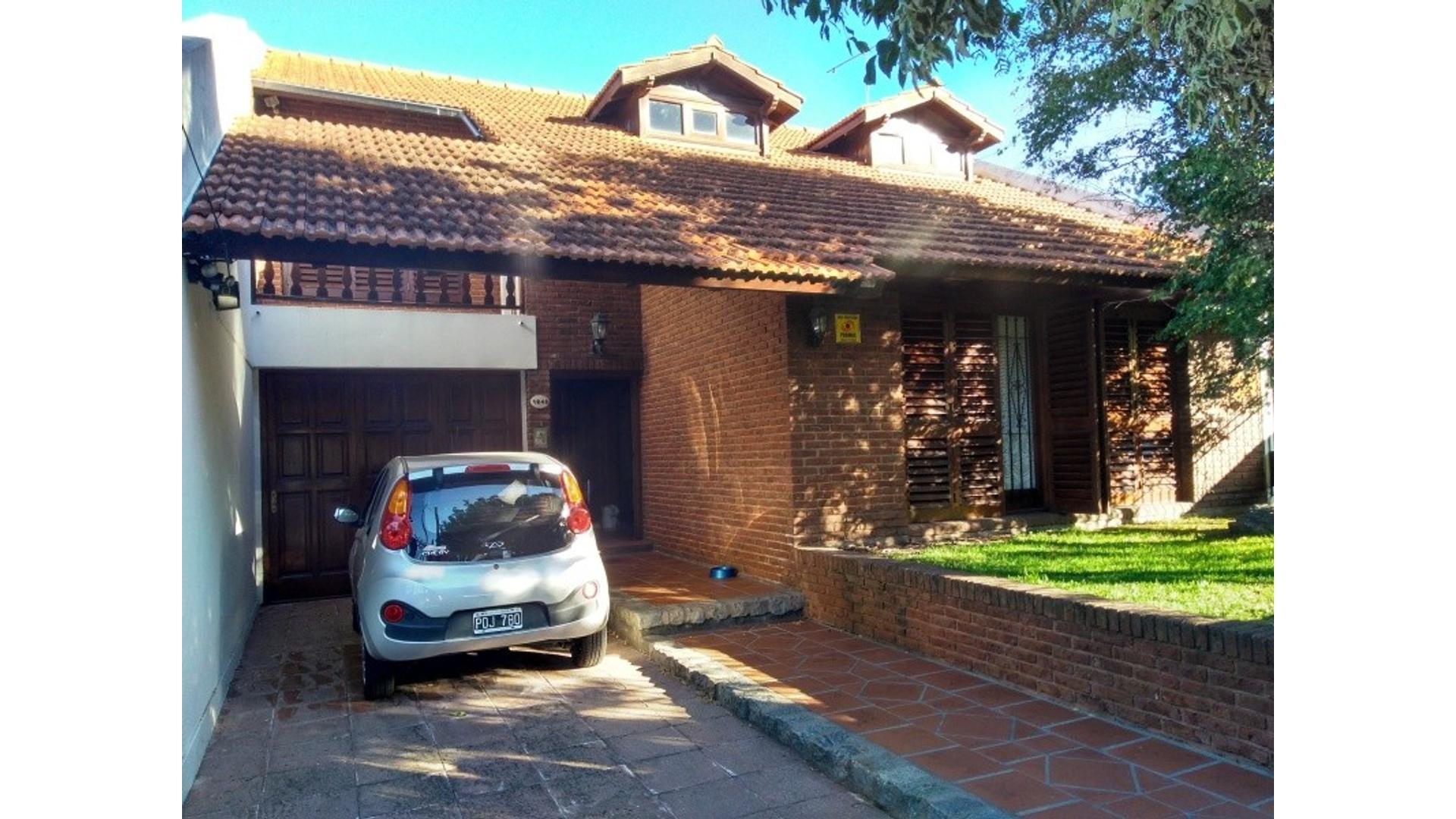 Chalet 4 amb, con gran jardín y garaje pasante. Zona Constitución