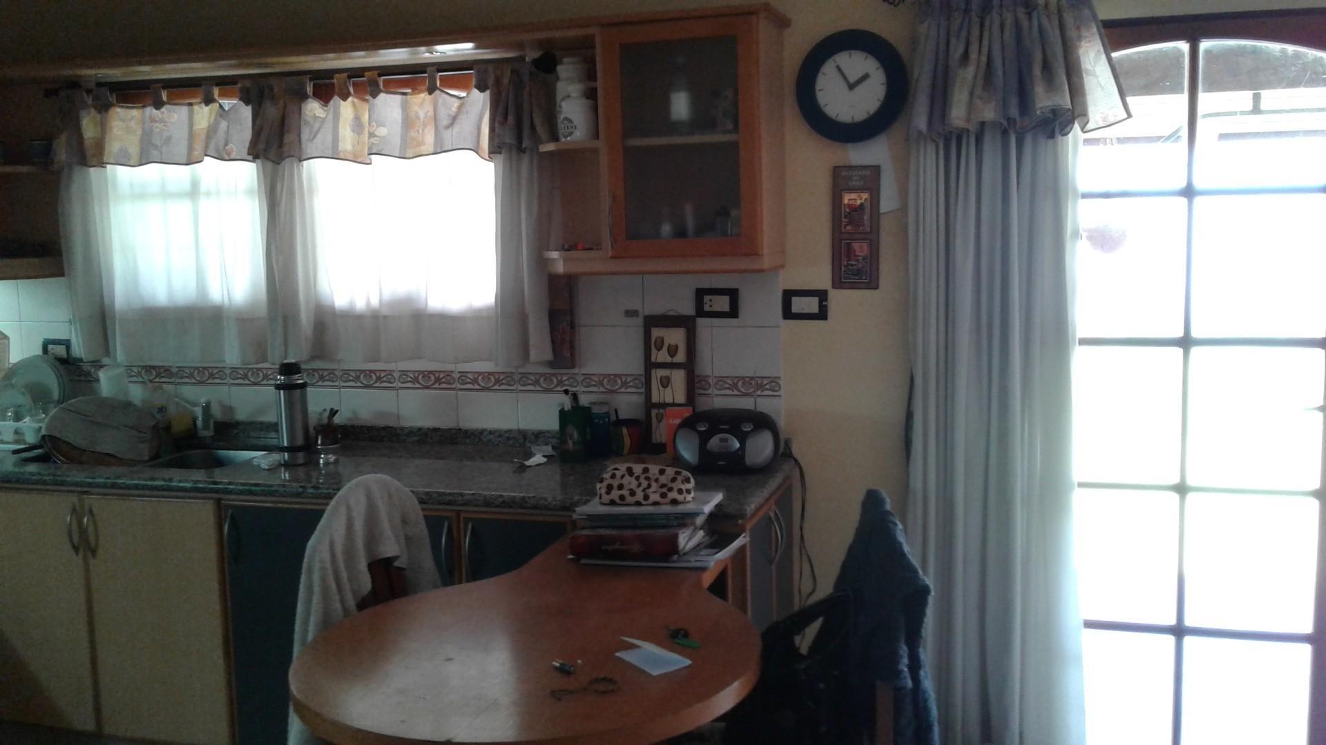 B° Liceo I , Vendo hermosa casa, excelente ubicación. Tres dormitorios, cochera, patio.
