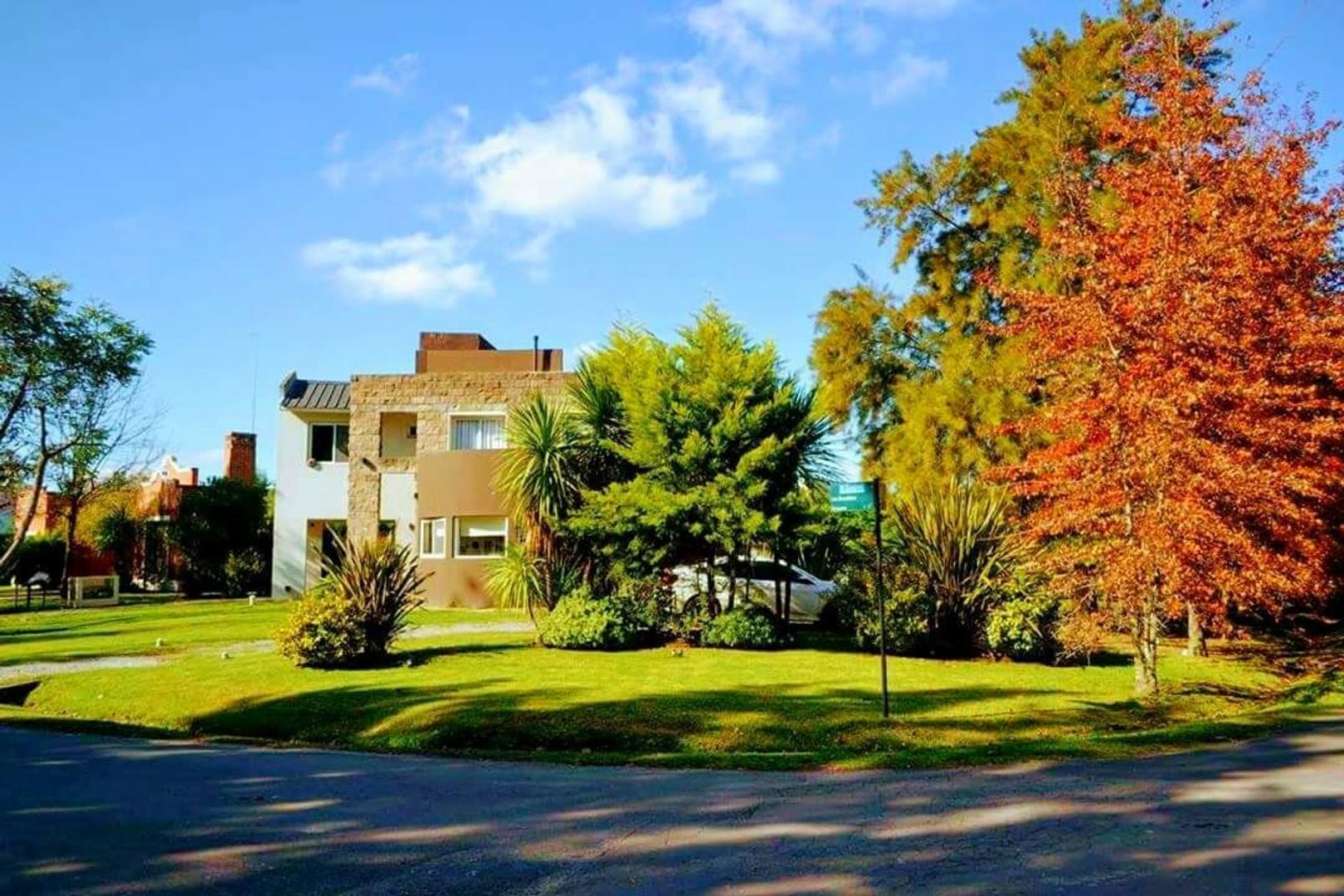 CLUB DE CAMPO EL LAUQUEN CASA 2 Plantas, 3 dormitorios, 3 baños, cochera, parque, piscina