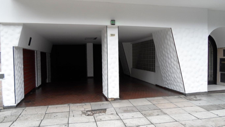EXCELENTE COCHERA AMPLIA FIJA.UBICADA EN LA PLANTA SÓTANO. PORTÓN ACCESO MANUAL.EXCELENTE UBICACIÓN