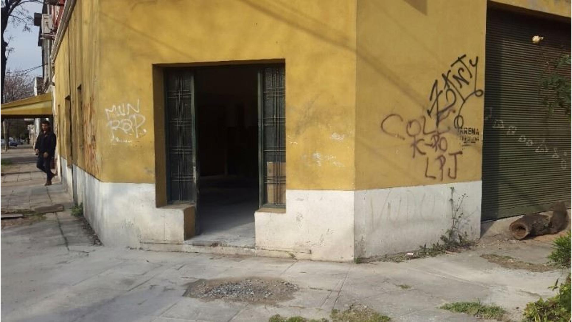 PH DE APROX 90 EN ESQUINA, UTILIZADO ACTUALMENTE COMO DEPOSITO