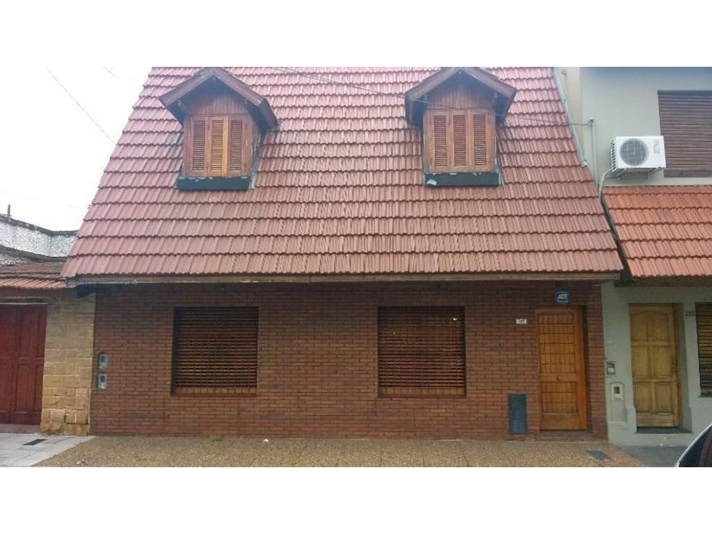 Buena casa c/ jardín al fondo. 3 dormit, coc-com, liv, comedor, 2 baños. Muy buena zona.