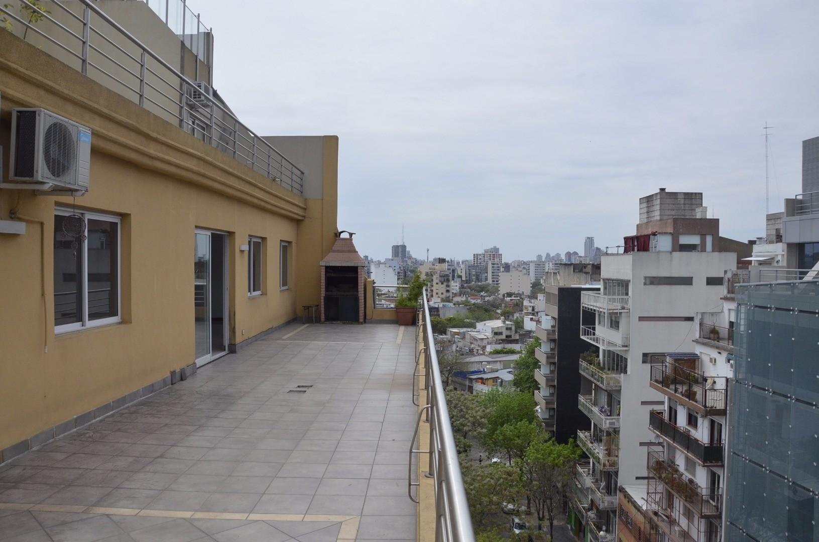 Gran departamento con terraza en inmejorable zona. Corrientes y Dorrego