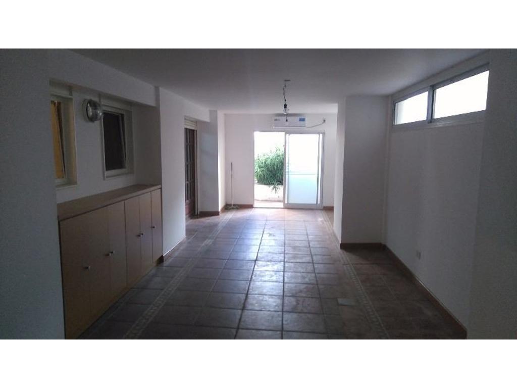 Oficina con recepción, privado, sala, patio y baño