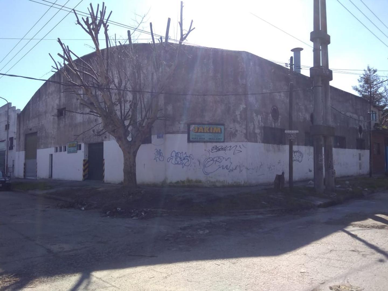Galpón en esquina, en inmejorable ubicación a 100 metros de Av Márquez.