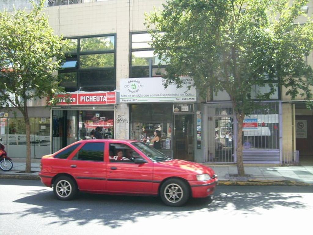 Excelente local con entrepiso en muy buena ubicación a pasos de boca de Subte y Av. Rivadavia