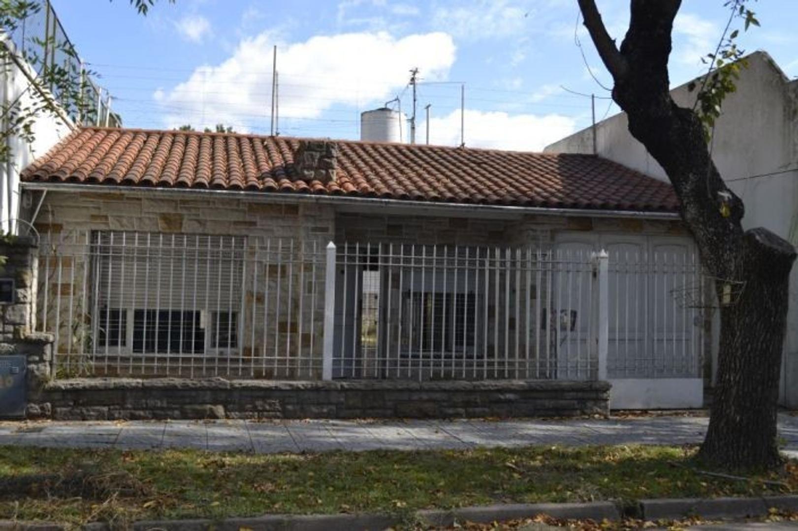 CHALET EN EXCELENTE UBICACIÓN EN MONTE GRANDE