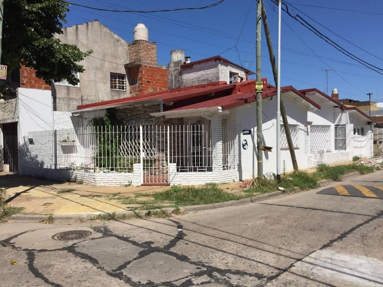 Venta casa 4 ambientes en Sarandí con jardín y cochera