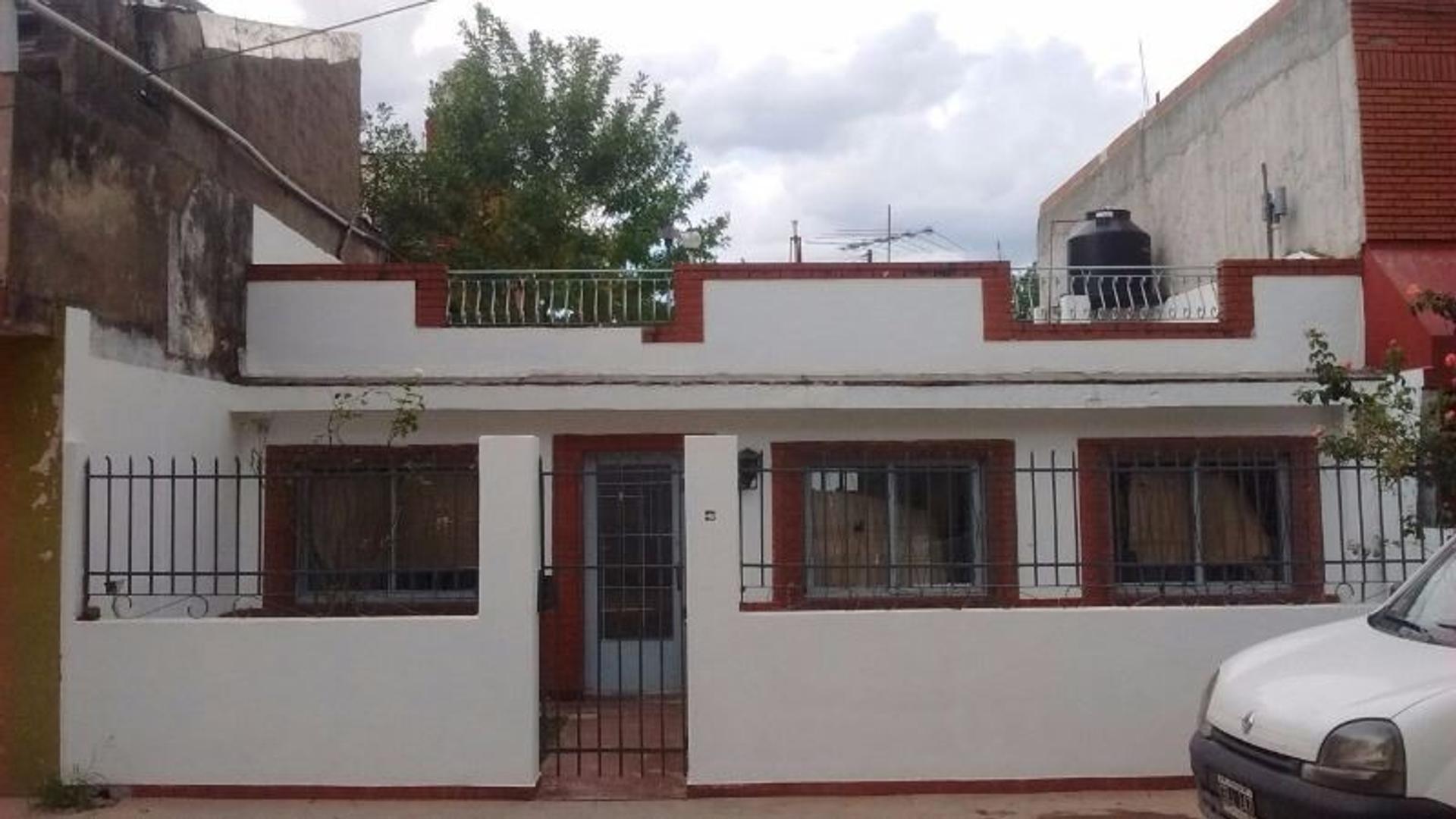 CASA 2 AMBIENTES, C/ PATIO Y TERRAZA. C. MADERO.