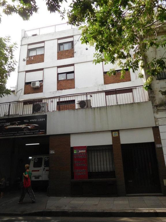 Caballito, ph planta baja al fondo, 2 amb, 56 mts + sotano, con patio 8,50 x 10 mtros, A RECICLAR.