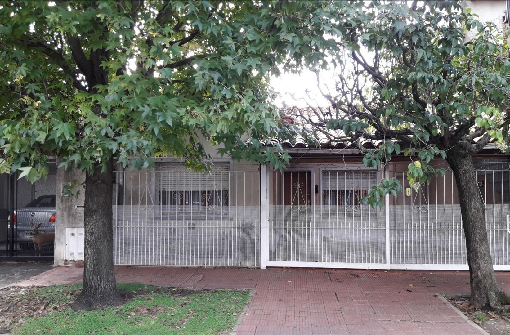 CASA SOBRE LOTE DE 8,66 X36. 5 dormitorios, 3 en suite-garage  3 autos., jardin pileta ,dep, IIMPECA