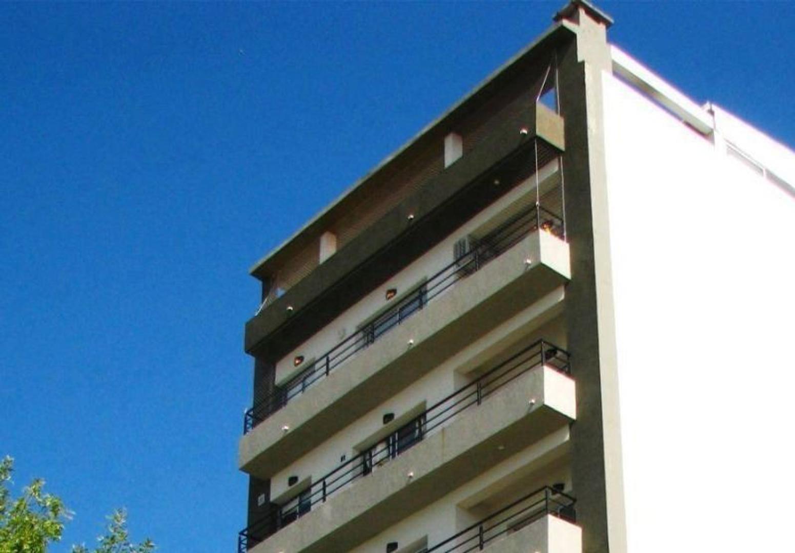 Excelente departamento tipo duplex dos dormitorios, terraza propia.