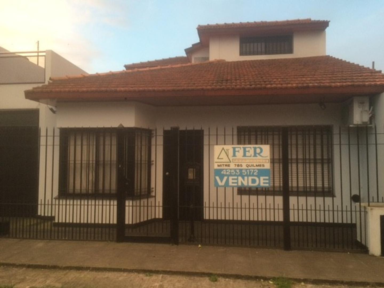 Casa de 4 ambientes, reciclada a nueva, Barrio Parque Bernal.