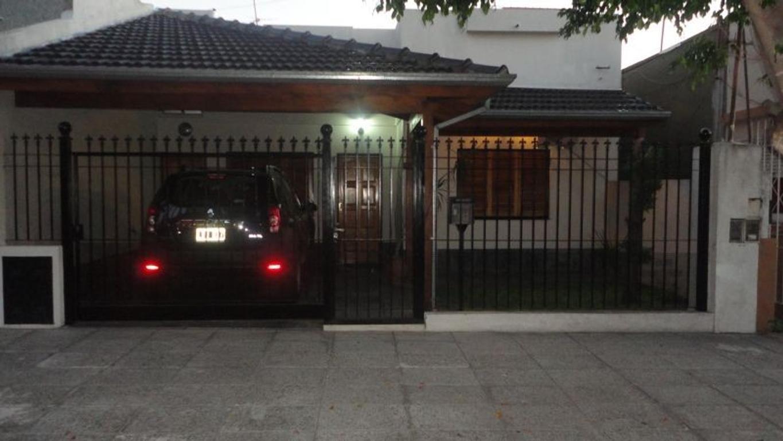 XINTEL(OMP-OMP-637) Casa 3 amb. en Caseros, muy buen estado.