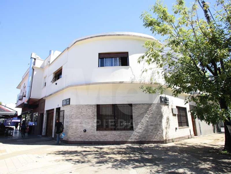 Casa en Venta en Parque Chass, 4 amb en equina con Cochera y Sótano.