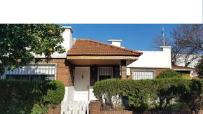 Muy linda casa de 3 dormitorios y escritorio, patio, parrilla y jardin en Beccar Alto