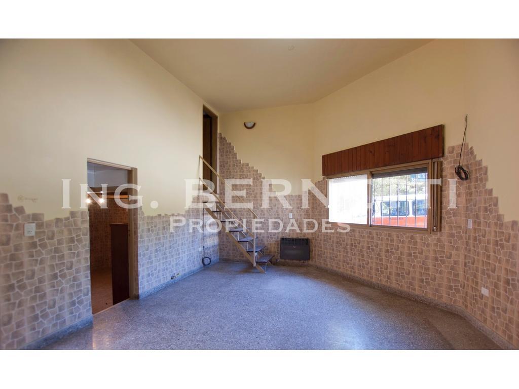 Tipo Casa 3 ambientes al frente - Patio - Buena ubicación -