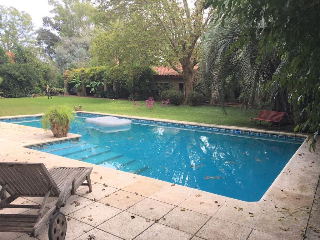 Excelente casa, con mucha onda, desarrollada todo en planta baja y con excelente jardín arbolado.