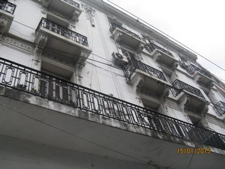 5 Ambientes con Dependencia de Servicio. Edificio Antiguo Estilo al Frente . Sobre Avenida. 2 Balcon