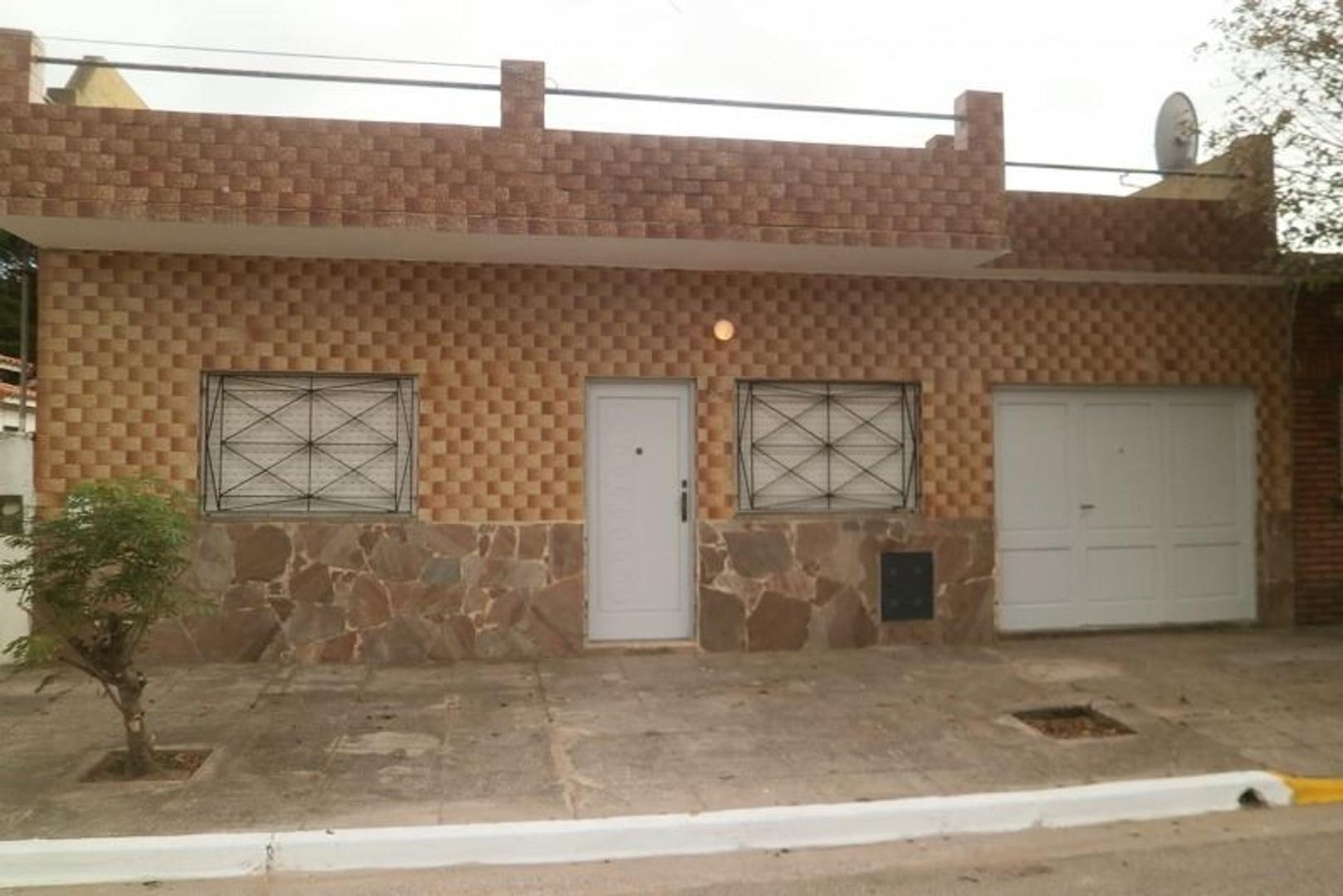 APTO CREDITO. Chalet 3amb solo en lote gas natural garaje cubierto. 2 dormitorios 2 baños. CONSULTE!