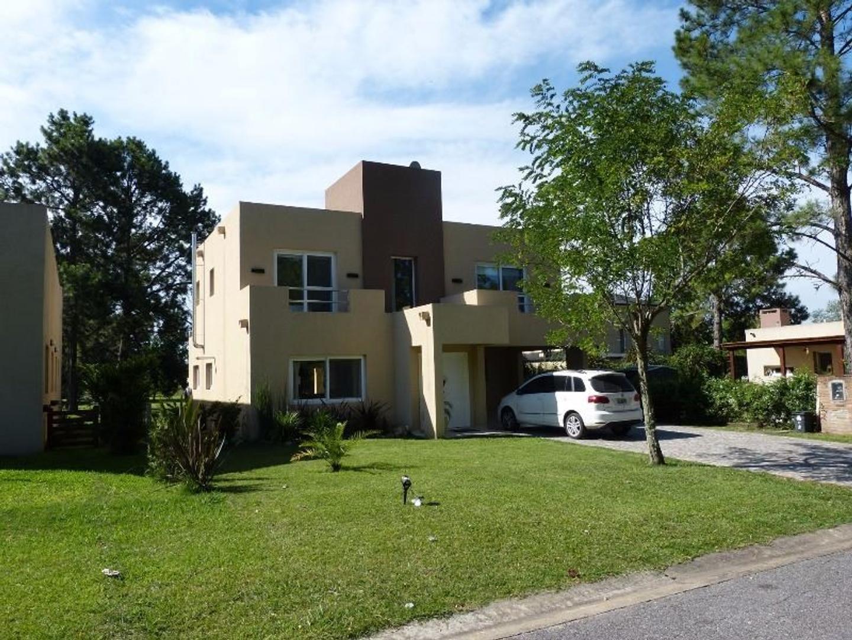 Atractiva Casa en venta. 3 dormitorios. Pileta. B° Lujan Del Sol.