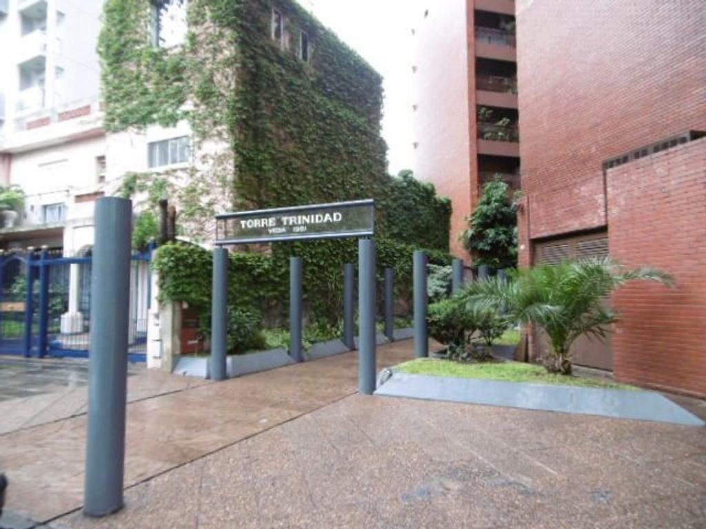 Amplio departamento 3 ambientes c/dos cocheras y baulera en Torre Trinidad c/renta