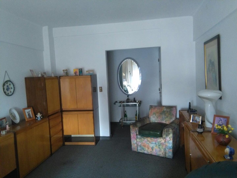 Departamento de 3 ambientes con cochera fija cubierta y dependencia