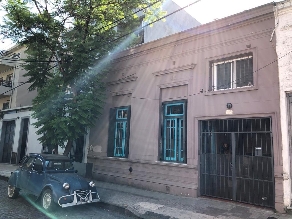 Casa desarrollada en 2 plantas.  Muy linda zona de Victoria, Libertador a vías.