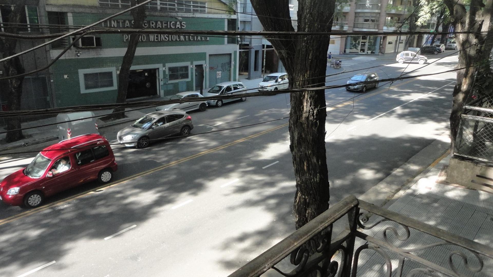 PH sobre Av. Pedro Goyena en la mejor zona de Caballito. 6 ambientes y terraza