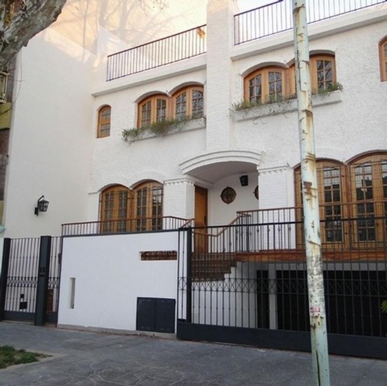 Duplex de Categoría en Pleno Devoto Residencial, 220m2, patio, terraza, cochera y parrilla.