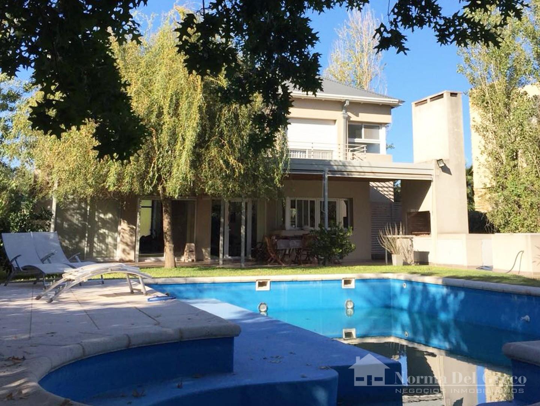 Funes Hills Miraflores: Casa Dos Plantas, 3 Dormitorios, Suite con Vestidor, Piscina, Lote 800 m2