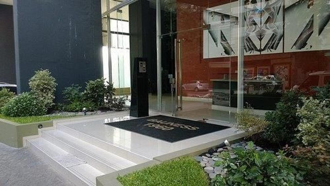 En Venta:  Depto 3 ambientes con cochera. Edificio Torre con amenities. Subte