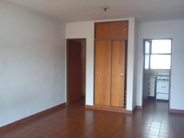 Monoambiente 5 e/ 63 y 64 cocina separada, baño, placard. Muy luminoso $ 4.800