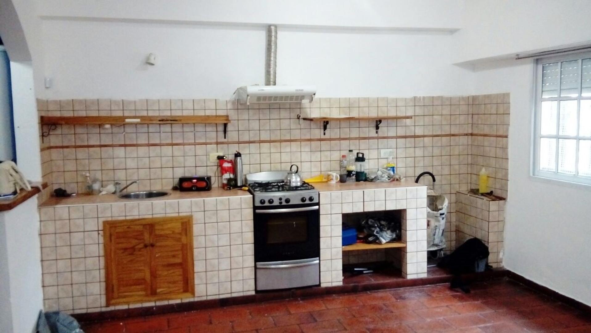 Casa con 2 dormitorios, garage y patio terraza, en Martín Coronado.