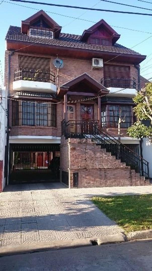 EXCELENTE DUPLEX DE 4 AMBIENTES  CON FONDO LIBRE Y COCHERA