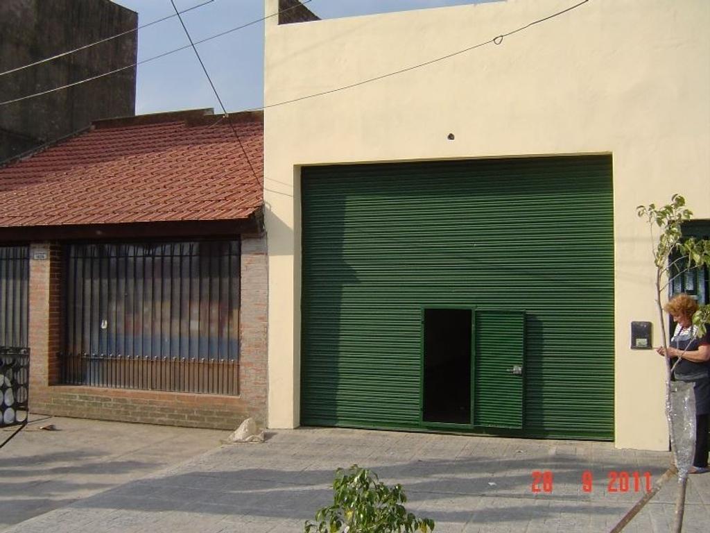 Local de 3.80 x 12 mts con pisos de cerámica y baño
