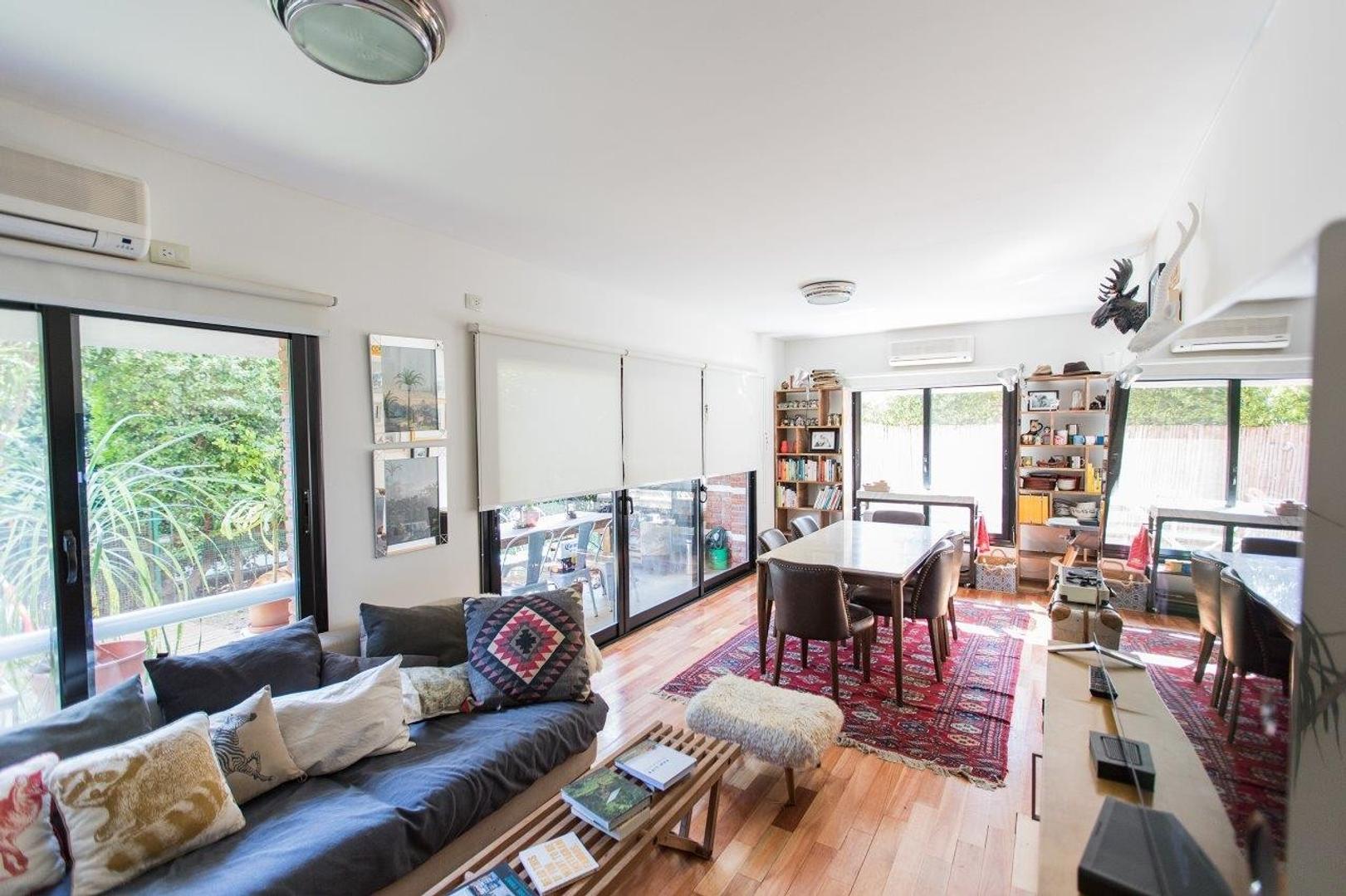 - Impecable departamento en una planta con jardín propio y TRES suites !!! -