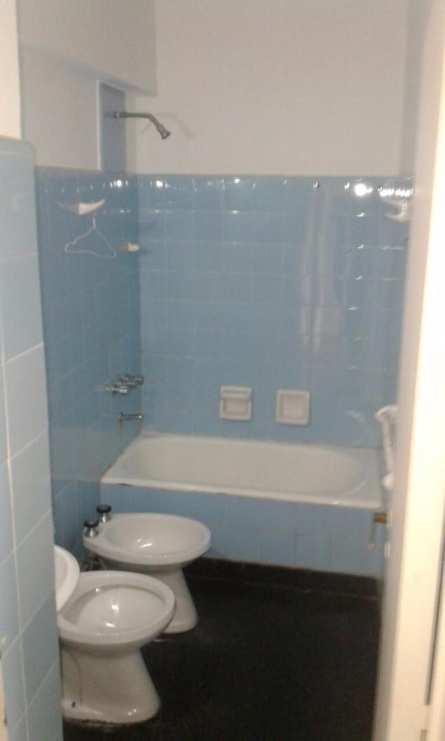 Muy buen 2 ambientes con pisos parquet, baño completo. DE GENARO PROP. ******** - Foto 4