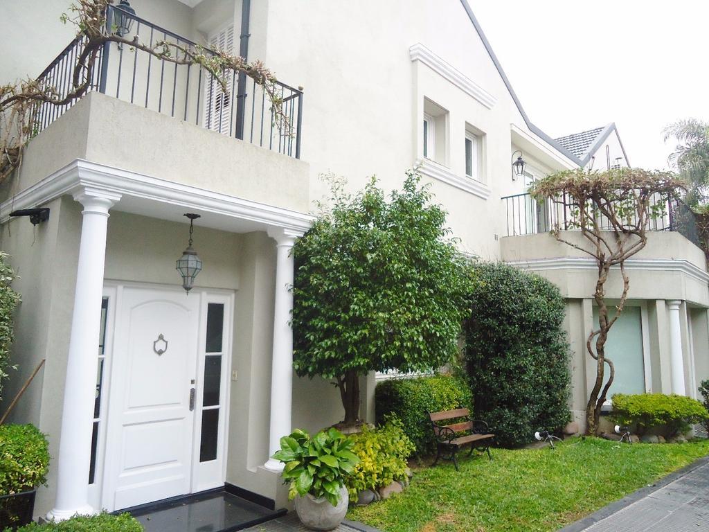 Excepcional casa en dos lotes con jardin, pileta, sauna, solarium, gimnasio y cocheras