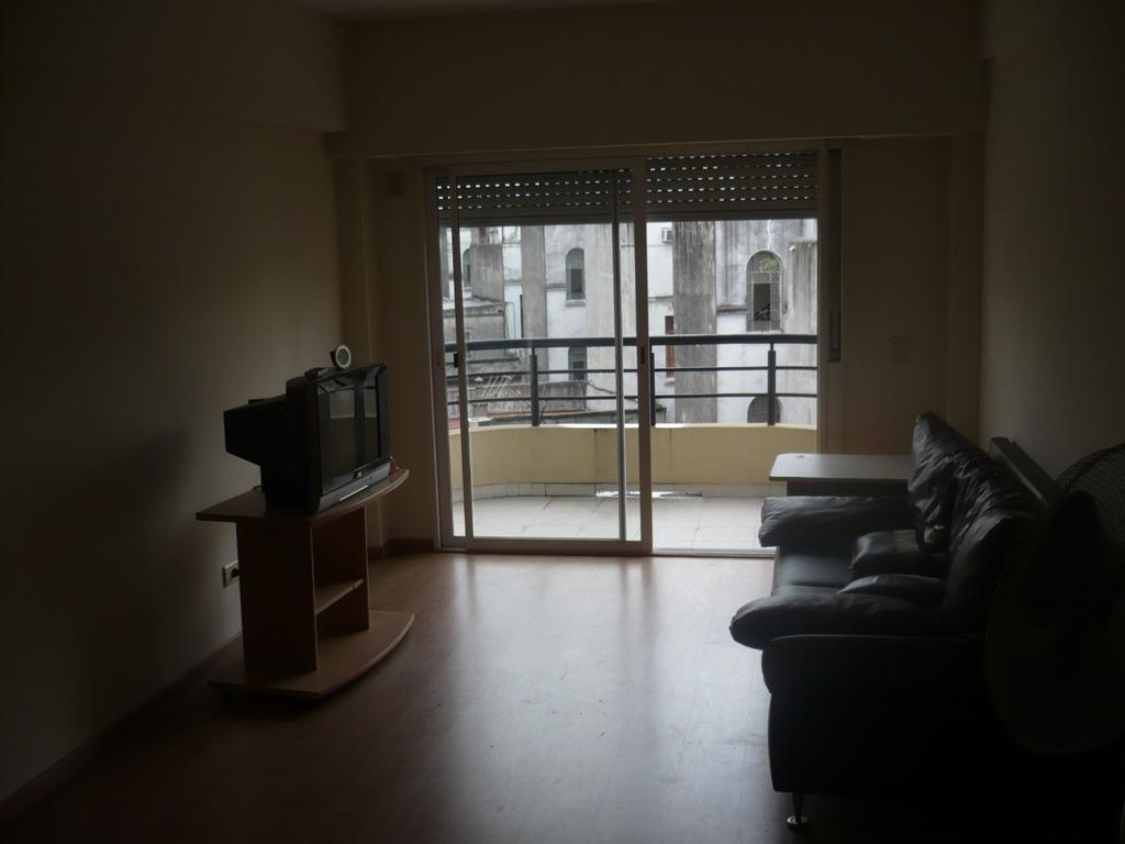 Departamento de 3 ambientes con balcon. Muy luminoso.