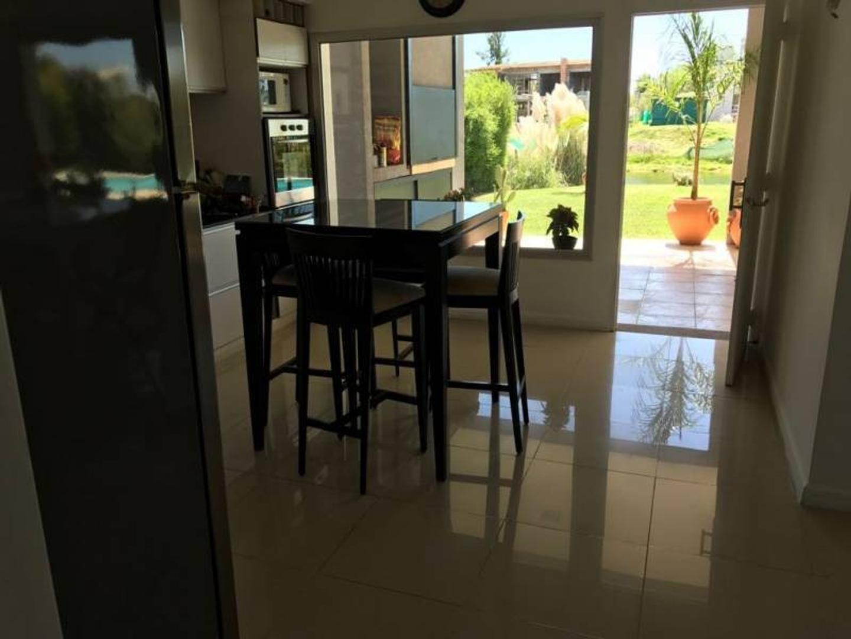 Casa - 250 m² | 4 dormitorios | 4 baños