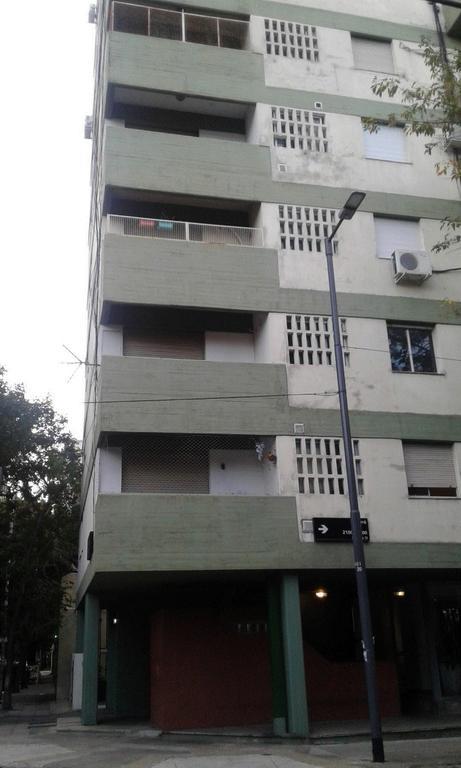 Excelente dos ambientes al frente, balcón, cochera fija cubierta, reciclado.