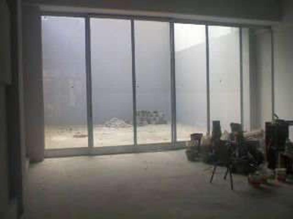 Amplio Local cubierto 110 m2 (doble altura) + descub 70 m2