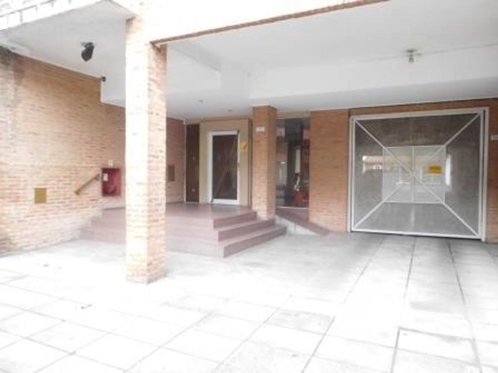 APTO CREDITO, 3 ambiente, balcón y cocina amplios, con cochera cubierta.