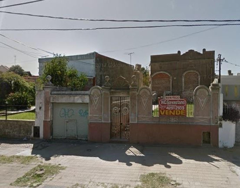Lote con casa a demoler en Bernal Oeste. Excelente ubicación.